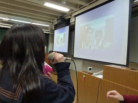 関東学園とニュージーランドとのテレビ電話の様子です。