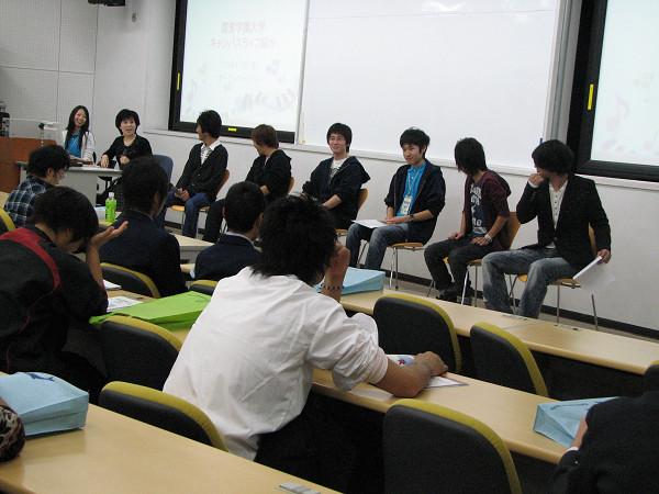 各種活動に積極的に参加している学生のトークショー