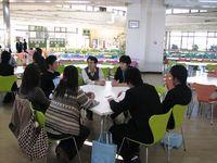 学食で教授、学生スタッフと歓談