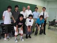 国際ビジネスコースの講義受講者を囲んで記念撮影(このコースの外国人留学生や日本人学生も参加。蹴りジェンズという中国・台湾の遊びを体験して盛り上がりました!)