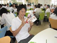 """ランチ後は""""関学クイズ""""を開催!! 優勝者に東京ディズニーリゾートのペアチケットが手渡されました。おめでとうございます!!"""