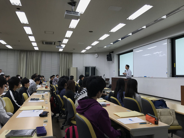 横田先生の話を真剣に聞き入る学生たち